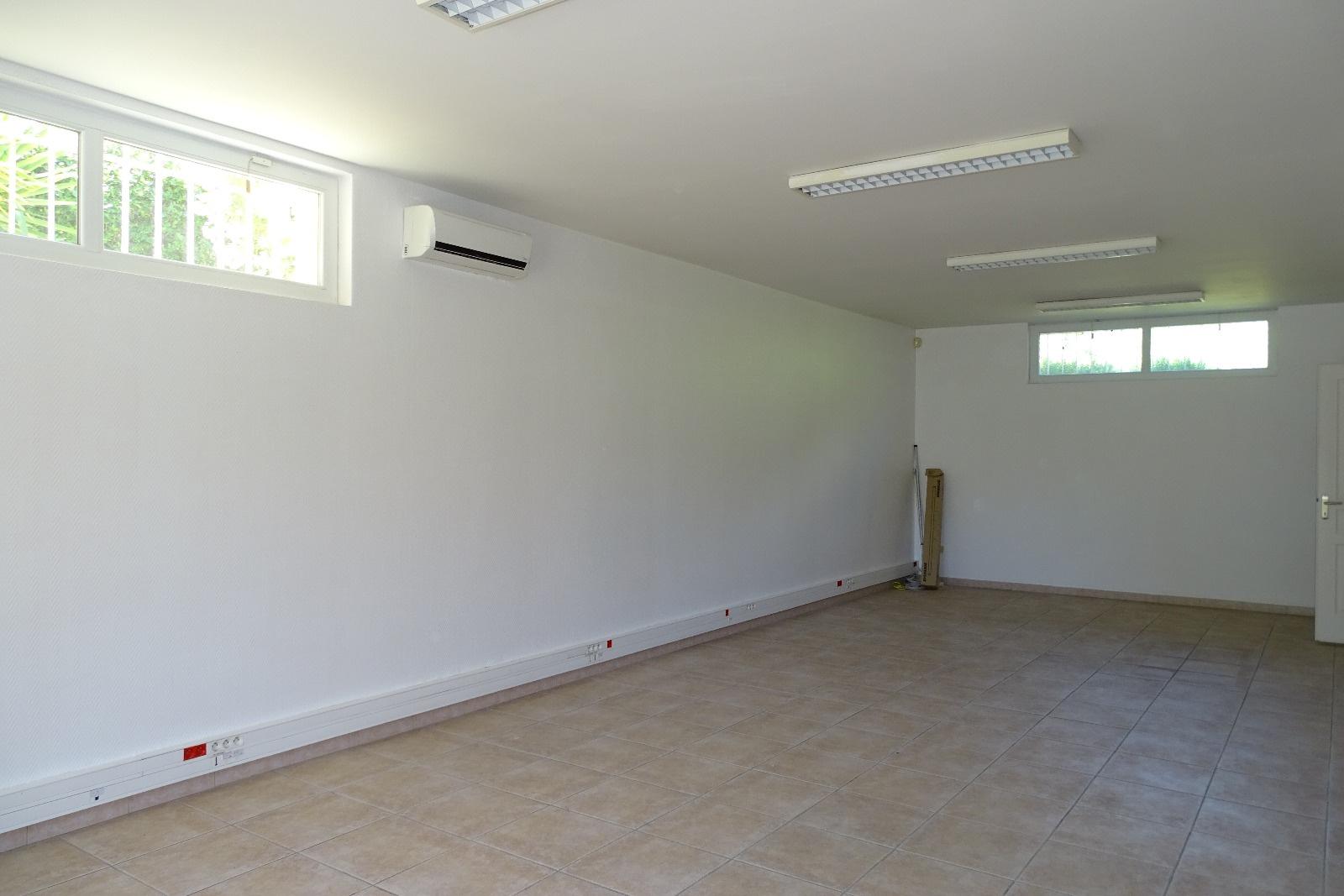 vente a vendre n mes saint c zaire maison 3 chambres garage piscine et grands locaux. Black Bedroom Furniture Sets. Home Design Ideas