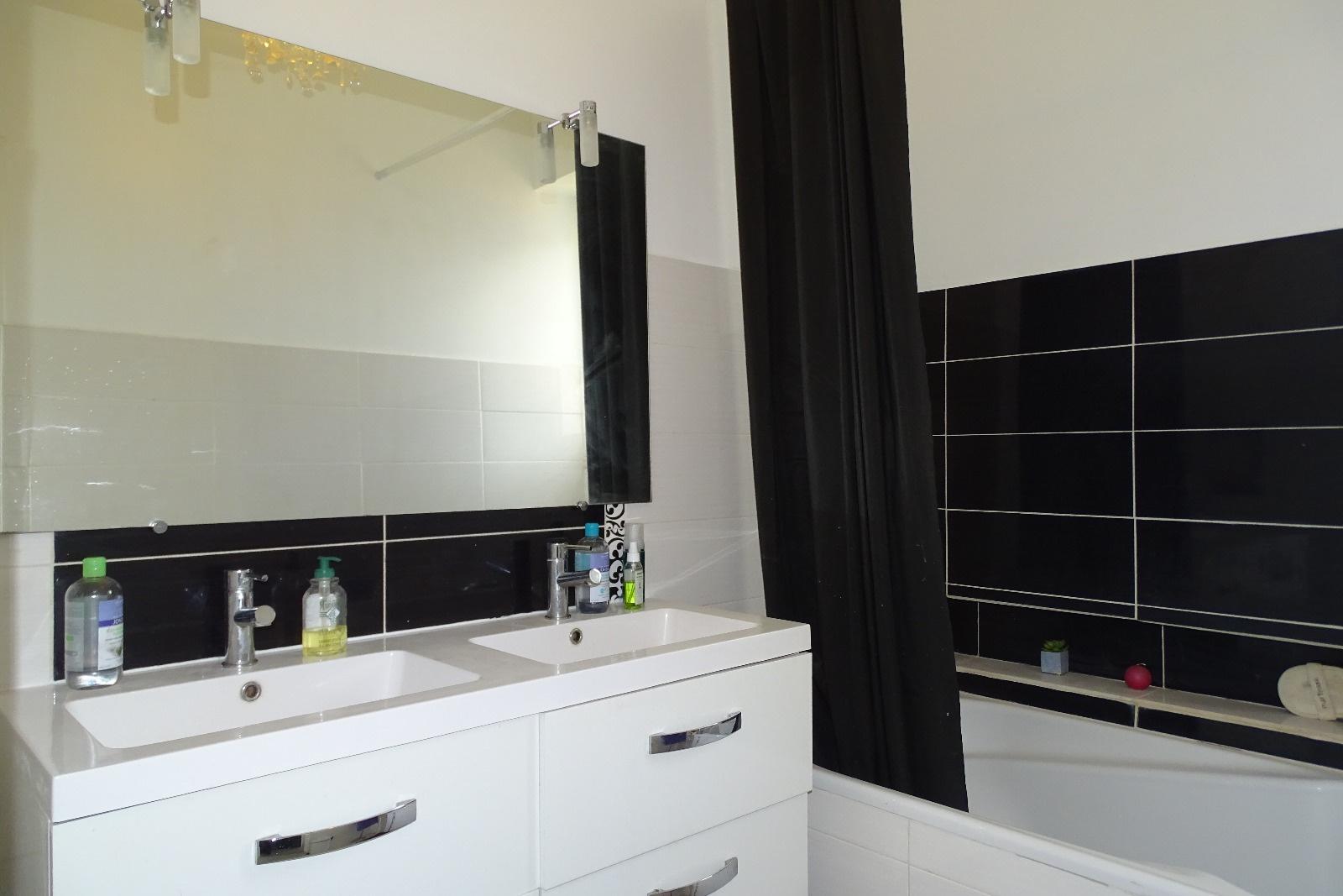 vente a vendre n mes maison 4 chambres jardin. Black Bedroom Furniture Sets. Home Design Ideas